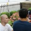 Junge Frau mit iPad Kopf macht Werbung für ein Männermagazin