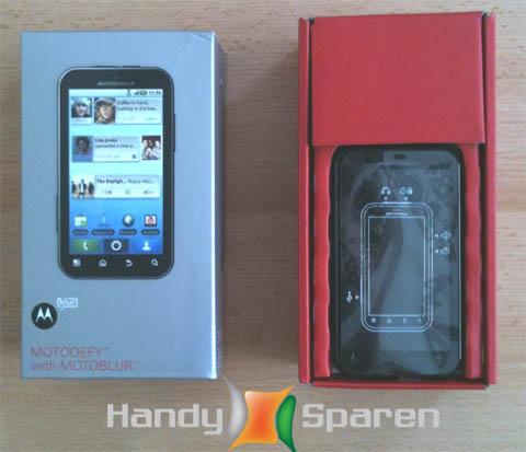 So sieht die Verpackung des Motorola Defy Smartphones samt Inhalt aus.